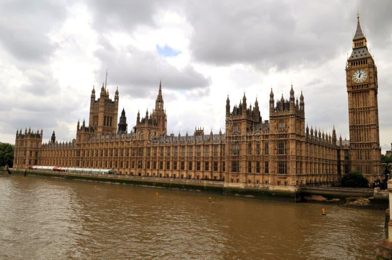 Il Parlamento di Londra davanti al Tamigi fotografia stock