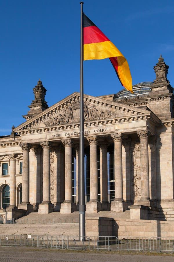 Il Parlamento e bandiera tedesca fotografie stock libere da diritti