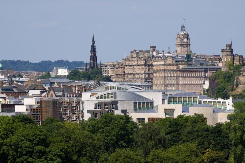 Il Parlamento e città scozzesi di Edinburgh fotografia stock