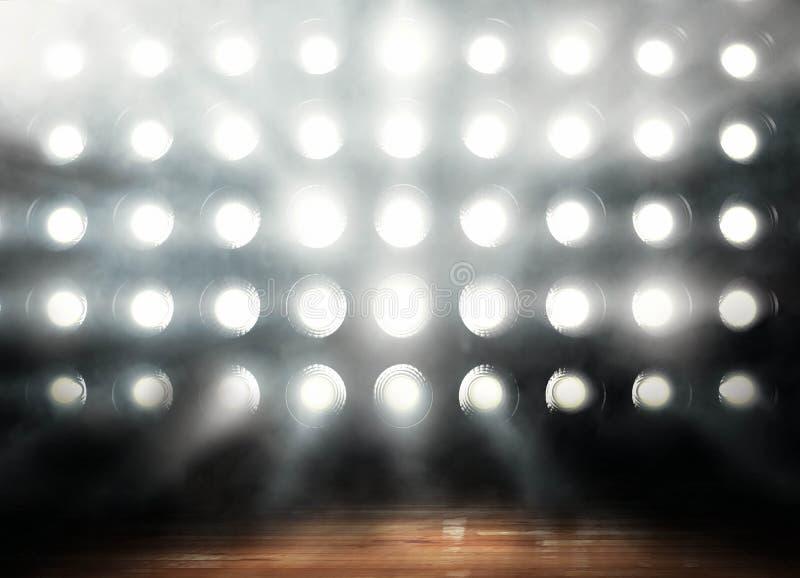 Il parquet di pallacanestro professionale nel fondo delle luci rende fotografia stock