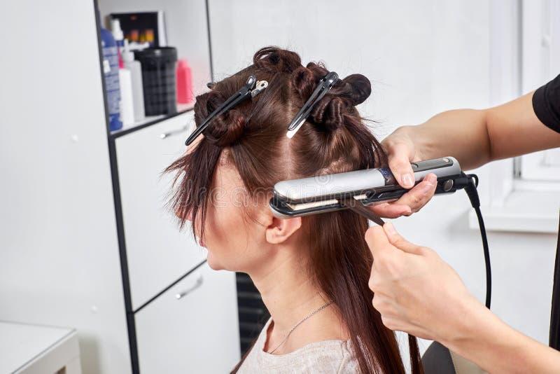 Il parrucchiere femminile fa un taglio di capelli per un primo piano della donna nel salone di bellezza fotografia stock