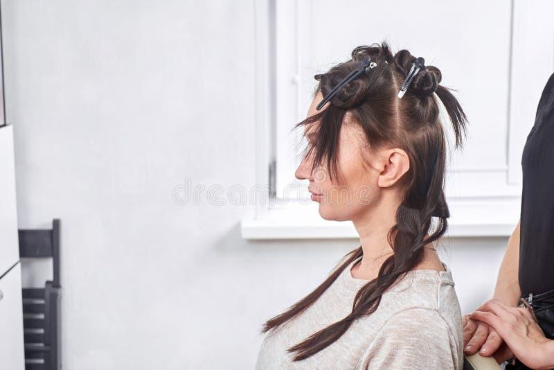 Il parrucchiere femminile fa un taglio di capelli per un primo piano della donna nel salone di bellezza fotografie stock