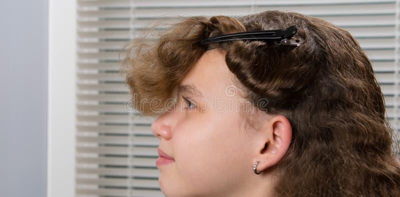 Il parrucchiere ha preparato i capelli del bambino, per un'acconciatura fotografia stock libera da diritti