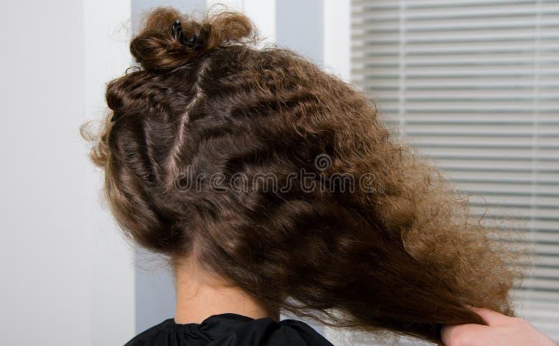 Il parrucchiere ha preparato i capelli di un bambino riccio, per un taglio di capelli fotografia stock libera da diritti