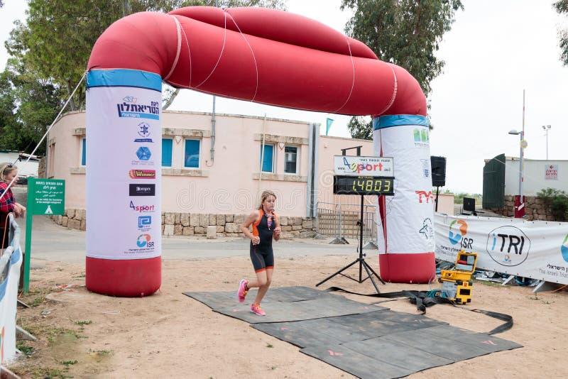 Il partecipante del triathlon annuale finisce nella corsa in Ahzi immagine stock
