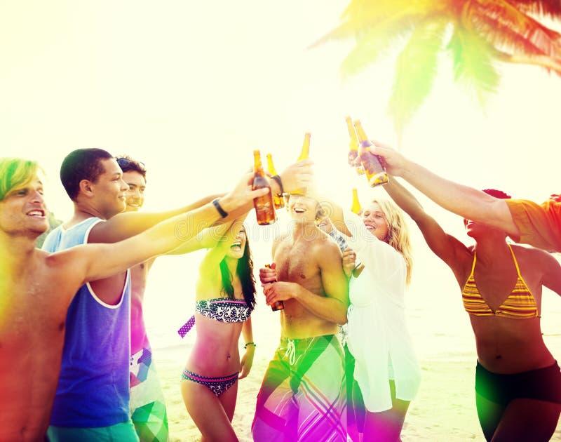 Il partito della spiaggia degli amici beve il concetto della celebrazione del pane tostato immagini stock