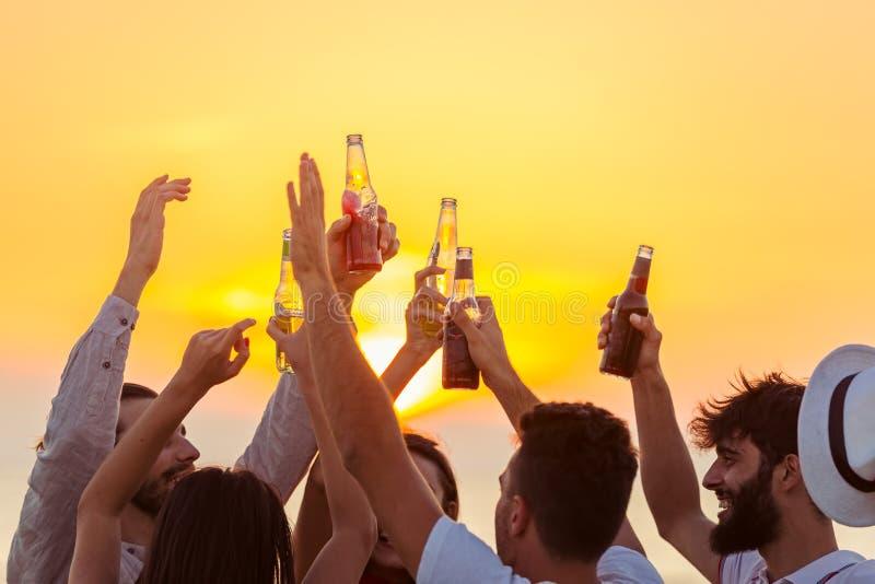 Il partito della spiaggia degli amici beve il concetto della celebrazione del pane tostato immagine stock libera da diritti