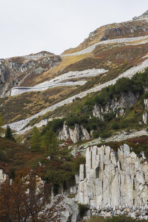 Il passaggio di Furka in Svizzera ha osservato da sotto fotografia stock
