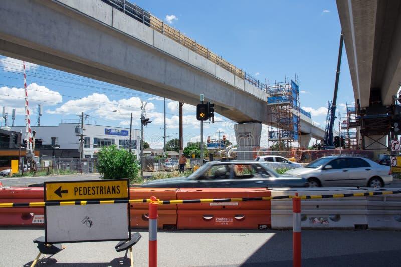 Il passaggio a livello di Clayton Road che è sostituito dallo skyrail ha elevato le piste del treno in Clayton, Melbourne immagini stock