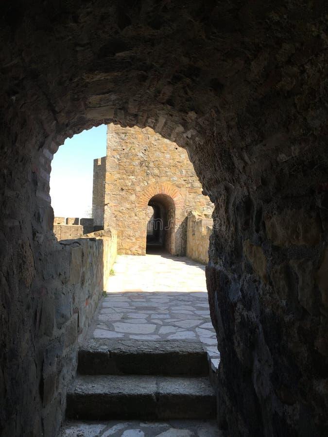 Il passaggio nella fortezza medievale fotografie stock