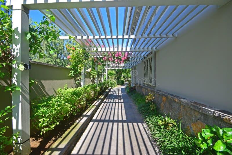 Il passaggio pedonale con la veranda gradisce il tetto di legno semiaperto immagini stock