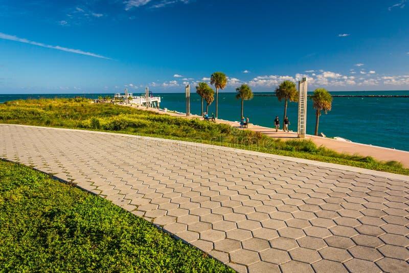 Il passaggio pedonale e la vista dell'Oceano Atlantico a Pointe del sud parcheggiano nella m. fotografia stock