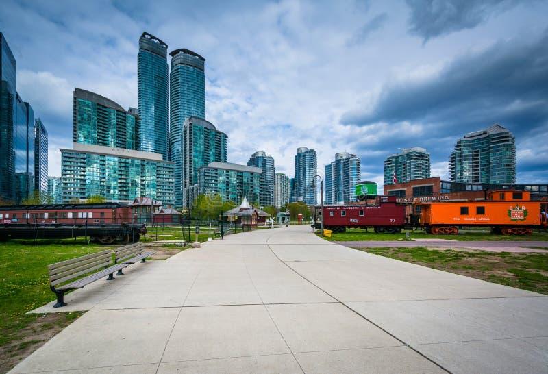 Il passaggio pedonale e le costruzioni moderne al Roundhouse parcheggiano, a Toronto, l'Ontario immagini stock libere da diritti