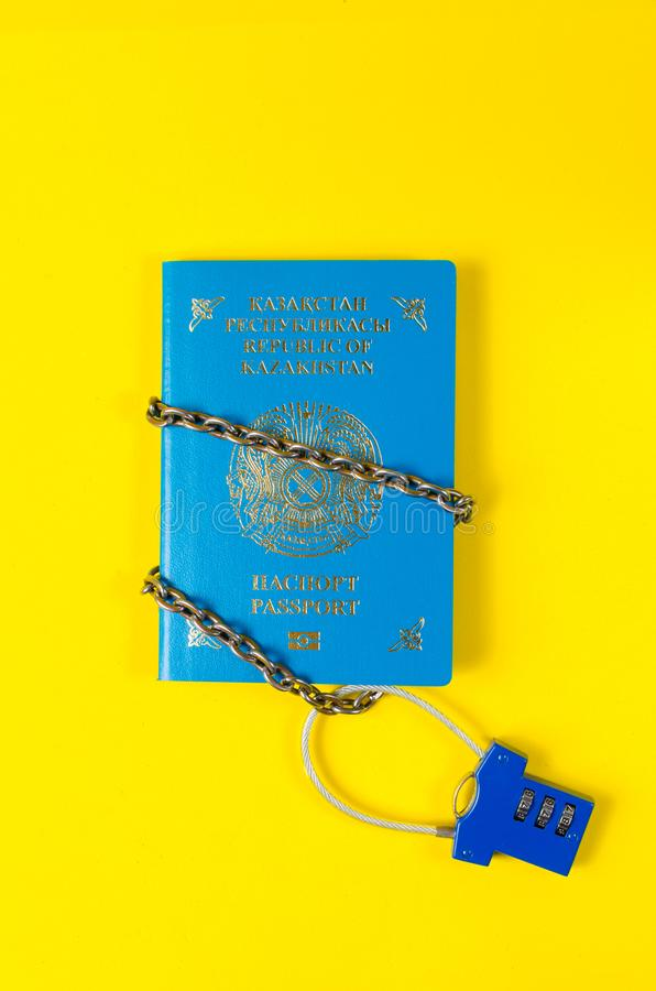 Il passaporto del Kazakistan è avvolto in chiuso a catena sulla serratura fotografia stock libera da diritti