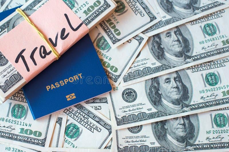Il passaporto ed il mucchio delle banconote del dollaro con la firma viaggiano sul fondo dei soldi immagine stock libera da diritti
