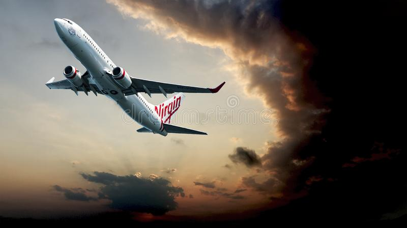 Il passeggero Jet Aircraft decolla attraverso la nuvola di tempesta sydney Aus fotografia stock libera da diritti