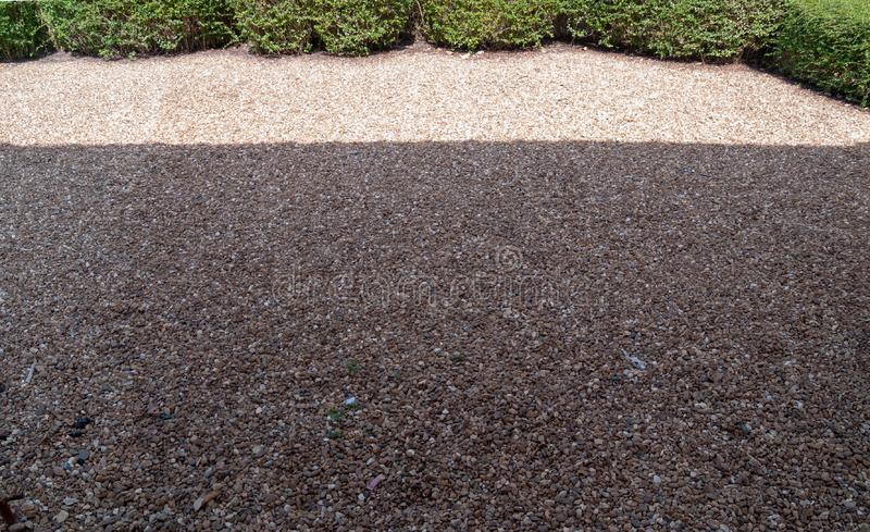 Il pavimento con l'ombra del sole sulla cima con l'albero sulla cima, l'immagine della ghiaia della vista di panorama immagini stock