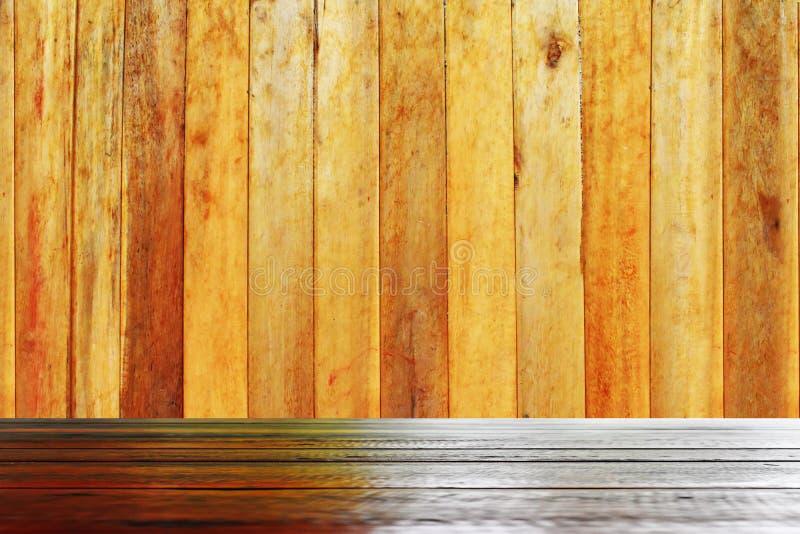 Il pavimento e le pareti nella vecchia stanza di legno sono adatti ad uso come immagine di sfondo immagine stock