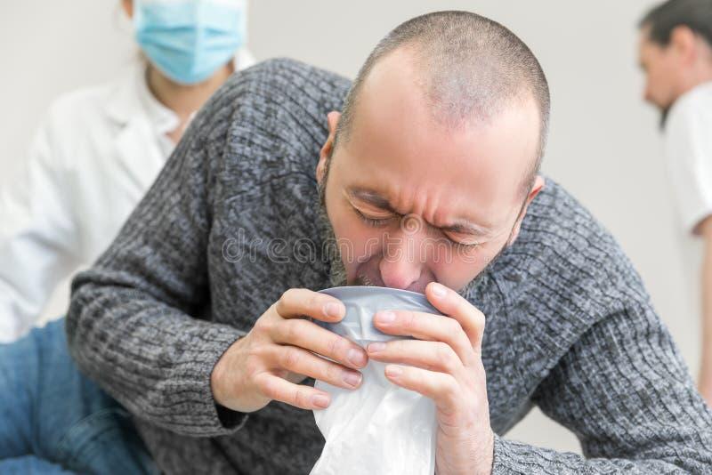 Il paziente in clinica sta vomitando immagini stock libere da diritti