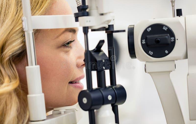 Il paziente determina la diottria dell'occhio nella clinica di occhio immagine stock