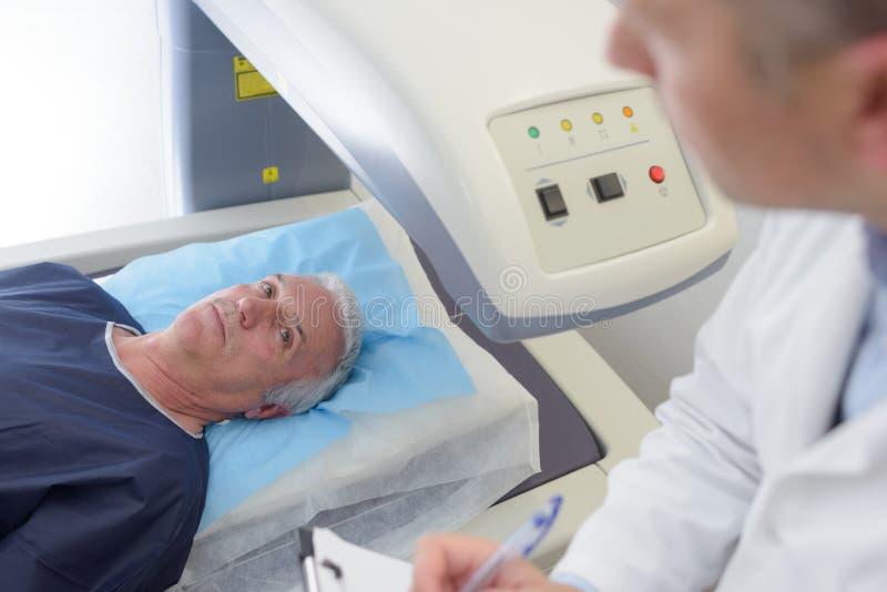 Il paziente maschio pronto a subire il mri ha assistito da medico immagine stock libera da diritti