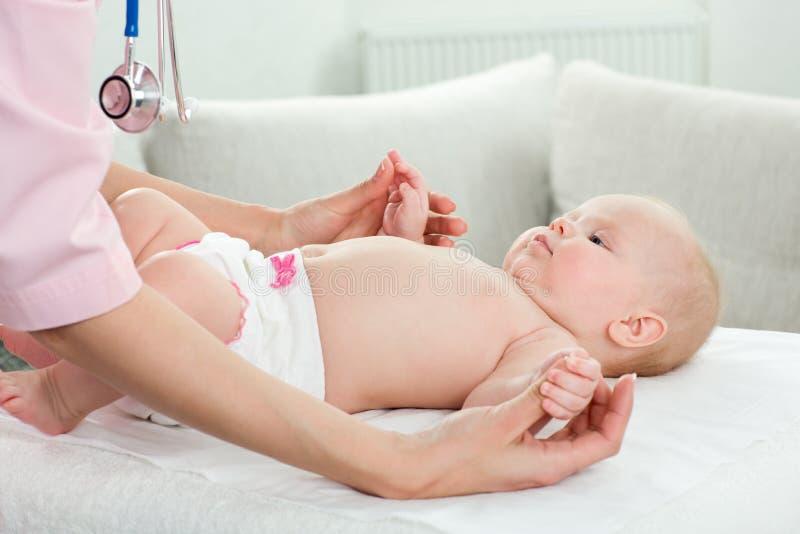 Il pediatra esamina il bambino fotografia stock