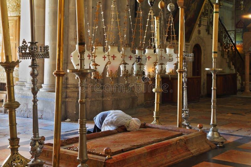 Il pellegrino in vestiti bianchi prega appassionato immagini stock