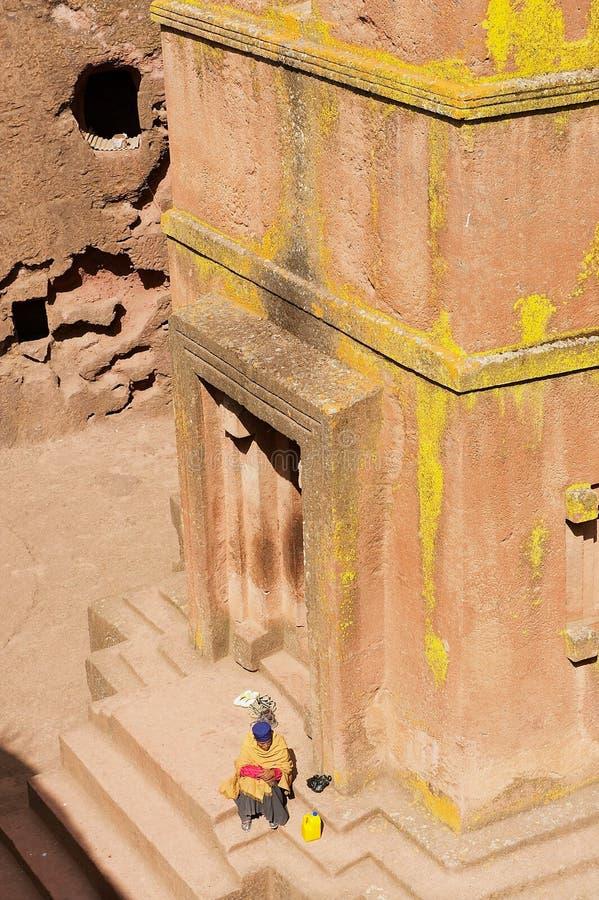 Il pellegrino visita la chiesa roccia-spaccata monolitica unica della st George Bete Giyorgis, patrimonio mondiale dell'Unesco, i fotografia stock