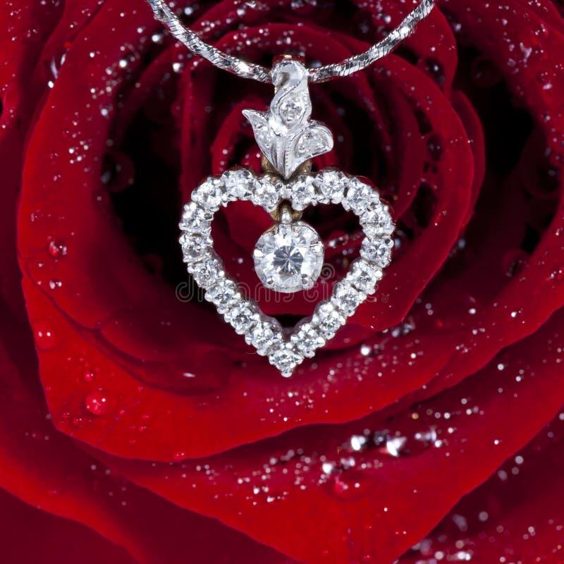 Il pendente di figura del cuore del diamante con colore rosso è aumentato immagini stock