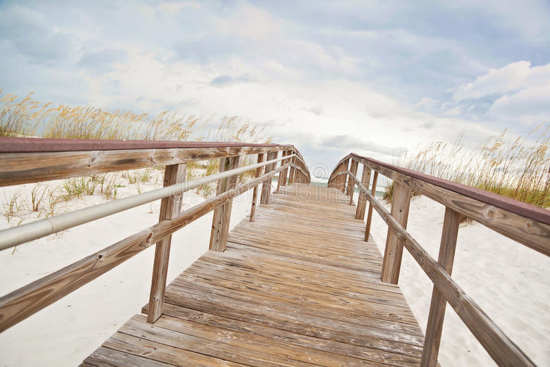 Il percorso del sentiero costiero piombo alla spiaggia ed all'oceano fotografia stock libera da diritti