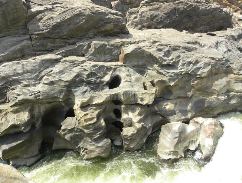 Il percorso stretto di flusso del fiume Kaveri che crea i fori in grande granito di colore grigio oscilla immagini stock libere da diritti