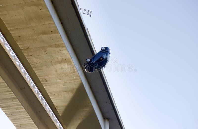 Il pericolo, automobile che cade da un ponte, romanzo, realtà immagine stock