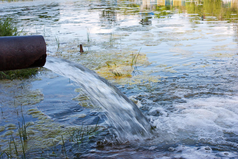 Il pericolo di contaminazione dell'ambiente Sostanza tossica, scolo delle acque luride immagine stock libera da diritti