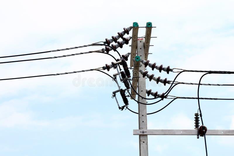 Il pericolo elettrico del cavo di groviglio di potere del palo, fissa l'energia elettrica alla strada della via sul fondo del cie immagine stock libera da diritti