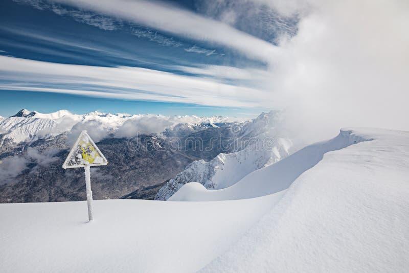 Il pericolo giallo firma dentro le montagne fotografie stock libere da diritti