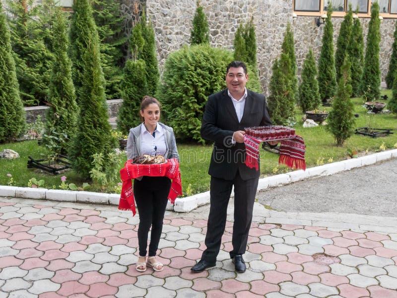 Il personale del miraggio dell'hotel accoglie favorevolmente gli ospiti con un ossequio all'entrata all'hotel in Poiana Brasov in fotografia stock