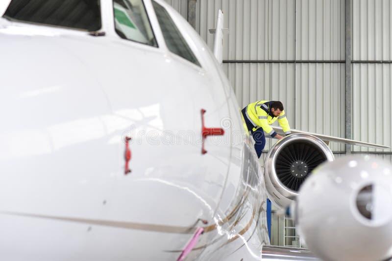 Il personale di terra all'aeroporto controlla la tecnologia e la sicurezza di immagini stock