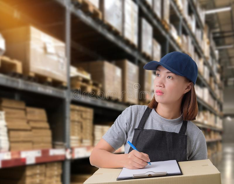 Il personale femminile che consegna i prodotti firma la firma sulla forma della ricevuta del prodotto con le scatole del pacchett fotografia stock libera da diritti