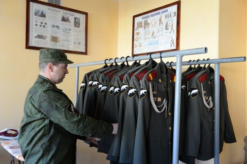 Il personale militare delle truppe interne prepara la forma per la parata fotografia stock libera da diritti
