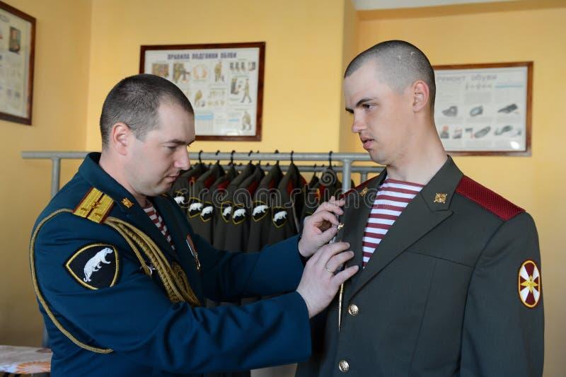 Il personale militare delle truppe interne prepara la forma per la parata fotografie stock