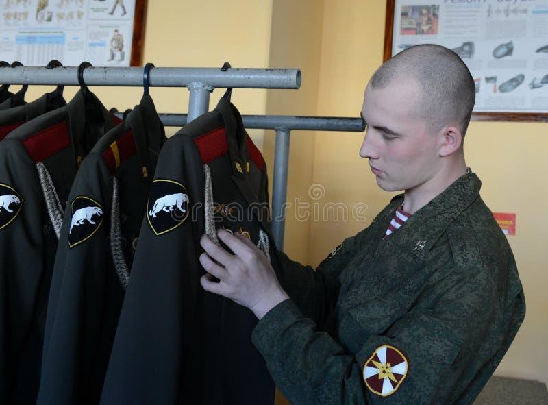 Il personale militare delle truppe interne prepara la forma per la parata immagini stock libere da diritti