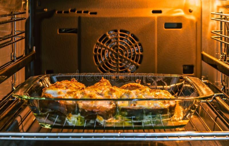 Il pesce è cotto nel forno, immagine stock libera da diritti