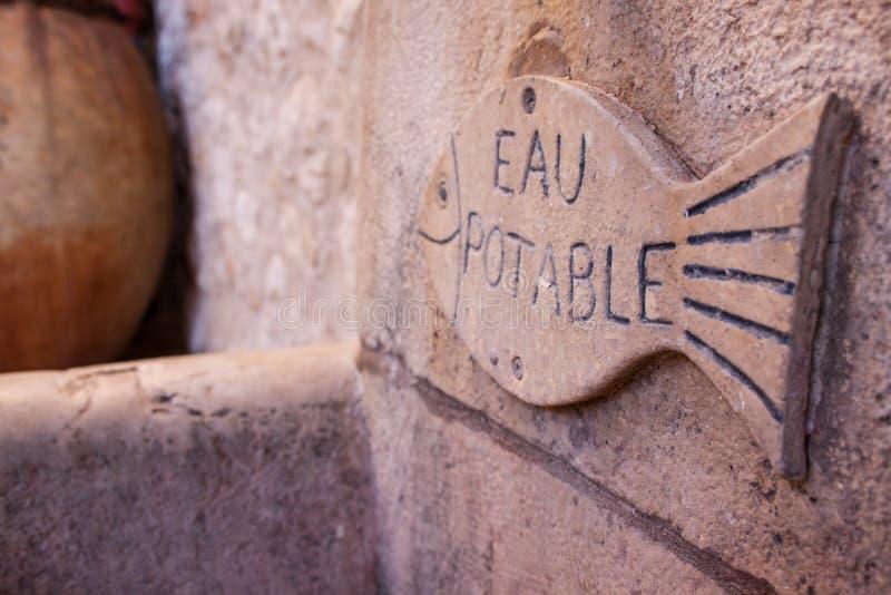 Il pesce di marmo di pietra con acqua potabile ha registrato l'UCE potabile immagine stock