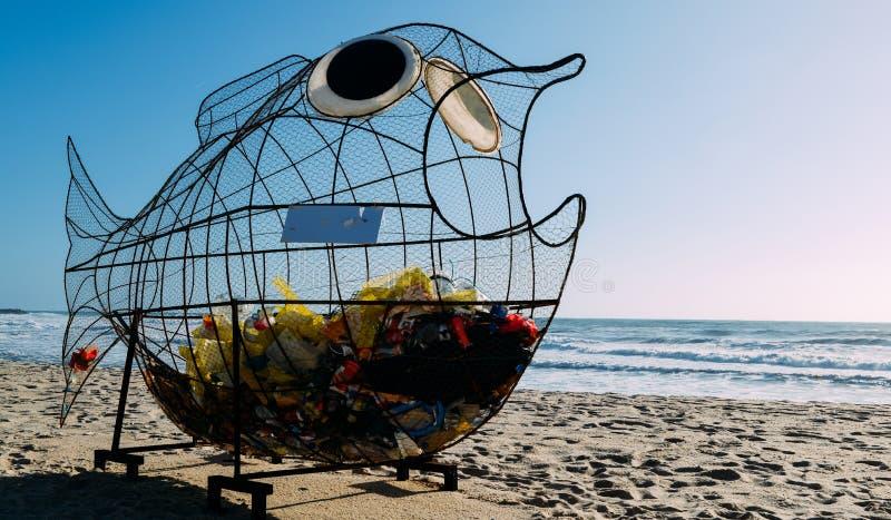 Il pesce gigante ha modellato il bidone della spazzatura su una spiaggia in Espinho, Portogallo fotografia stock libera da diritti