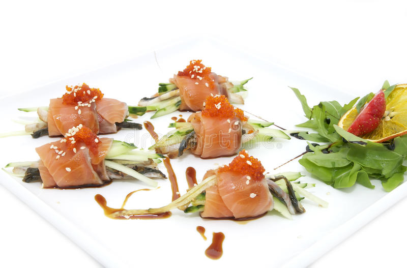 Il pesce rotola con le erbe e la frutta immagine stock libera da diritti