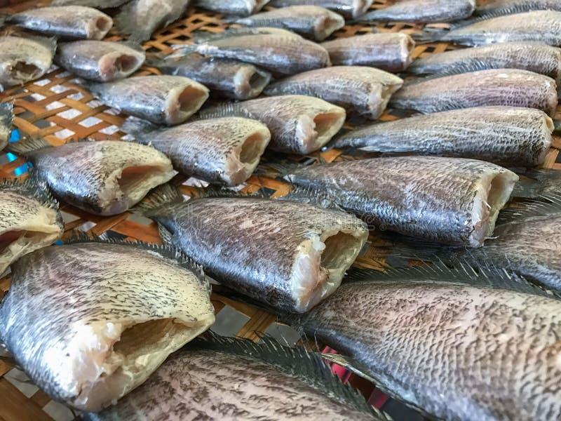 Il pesce salato secco della donzella ha venduto nel mercato tailandese fotografia stock