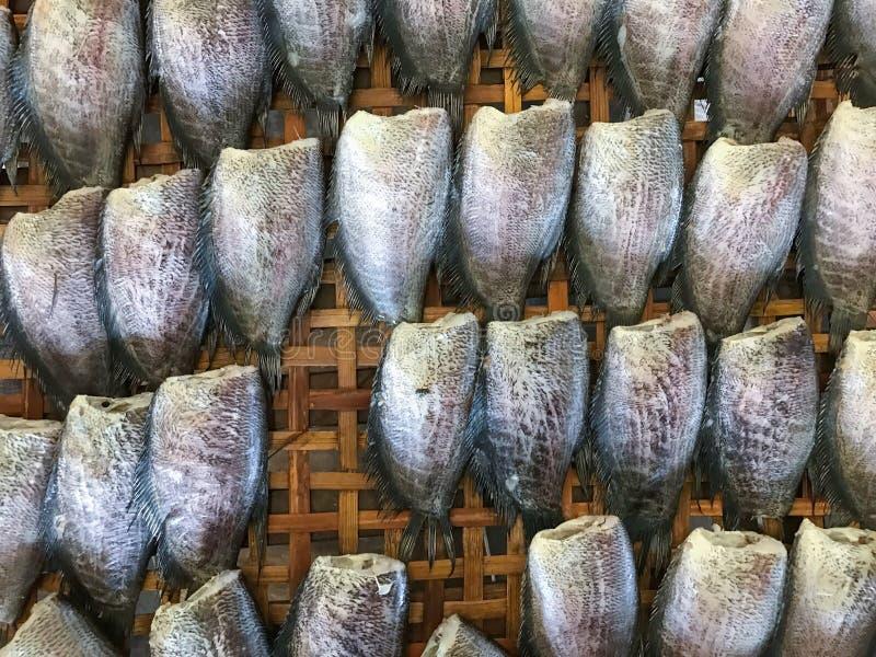 Il pesce salato secco della donzella ha venduto nel mercato tailandese immagine stock