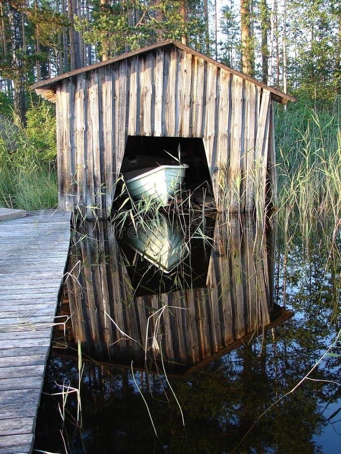 Il peschereccio costa in garage sul lago fotografia stock