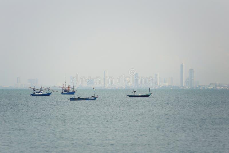 Il peschereccio costiero in mare su tempo è offuscato fotografia stock