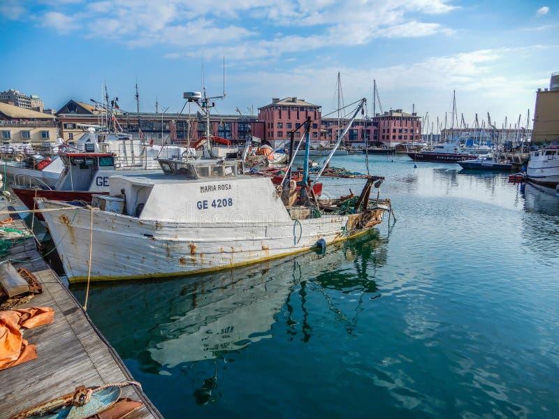 Il peschereccio ha attraccato nel porto di Genoa Genova, Italia immagine stock libera da diritti